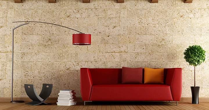 Décoration salon avec un canapé rouge